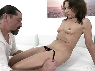 Mature brunette whore Shell-game gets a cumshot aloft her covetous asshole