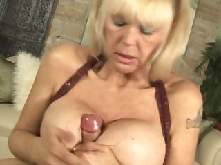 Mature woman Shelly loves to use their way enormous boobs to thither a titjob
