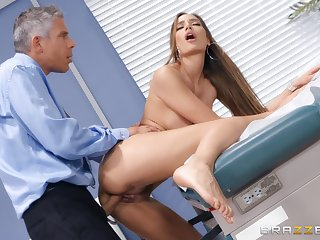 Doctor does outstanding belongings to Desiree Dulce's astonishing pussy