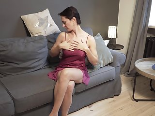 Aged lonely woman Daryna is jilling off the brush sex-starved pussy